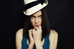 Retrato de la muchacha de ojos azules joven en el sombrero blanco Fotos de archivo libres de regalías