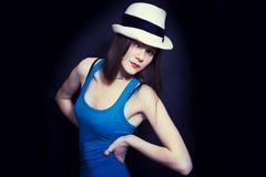 Retrato de la muchacha de ojos azules joven en el sombrero blanco Imagen de archivo