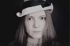 Retrato de la muchacha de ojos azules joven en el sombrero blanco Foto de archivo