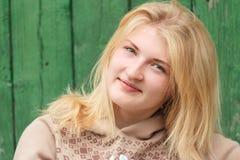 Retrato de la muchacha de ojos verdes del pelo rubio Fotos de archivo