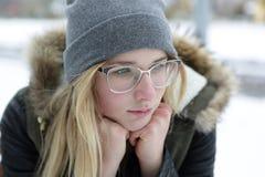 Retrato de la muchacha de pensamiento en vidrios Imagenes de archivo