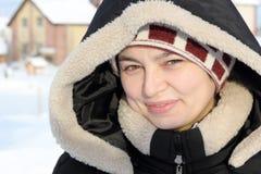 Retrato de la muchacha de risa en ropa del invierno Foto de archivo