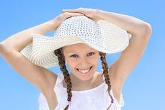 Retrato de la muchacha de risa en un sombrero blanco Imagen de archivo
