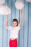 Retrato de la muchacha debajo de las nubes blancas Imagen de archivo
