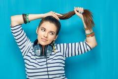 retrato de la muchacha del adolescente con el peinado de la cola Fotos de archivo