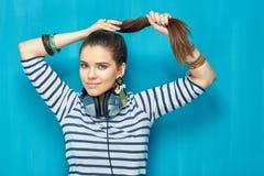 retrato de la muchacha del adolescente con el peinado de la cola Imágenes de archivo libres de regalías