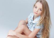 Retrato de la muchacha del adolescente con el pelo largo Fotos de archivo