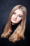Retrato de la muchacha del adolescente con el pelo rubio largo Imagenes de archivo