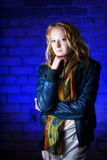 Retrato de la muchacha del adolescente contra fondo azul Foto de archivo libre de regalías