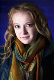 Retrato de la muchacha del adolescente contra fondo azul Imagen de archivo