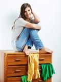 Retrato de la muchacha del adolescente en casa Imagenes de archivo