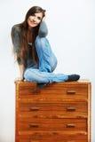 Retrato de la muchacha del adolescente en casa. Mujer sonriente joven con ropa Imagen de archivo libre de regalías