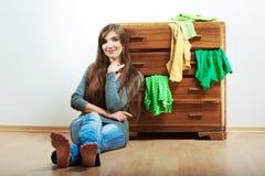 Retrato de la muchacha del adolescente en casa Mujer sonriente joven con ropa Imágenes de archivo libres de regalías