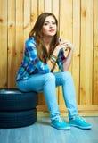Retrato de la muchacha del adolescente en estilo rural contra backgrou de madera Fotografía de archivo libre de regalías