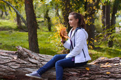 Retrato de la muchacha del adolescente en parque del otoño Fotografía de archivo