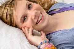 Retrato de la muchacha del adolescente que habla en el teléfono Fotografía de archivo