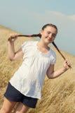 Retrato de la muchacha del adolescente sobre paisaje rural Imágenes de archivo libres de regalías