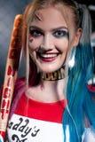 Retrato de la muchacha del cosplayer con el palo en el traje Harley Imágenes de archivo libres de regalías