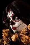 Retrato de la muchacha del cráneo del azúcar con las rosas muertas Imagenes de archivo