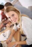 Retrato de la muchacha del estudiante en clase con los compañeros de clase Imagen de archivo