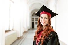 Retrato de la muchacha del estudiante de graduación de la universidad Imagenes de archivo