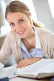 Retrato de la muchacha del estudiante que estudia difícilmente Fotos de archivo