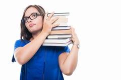 Retrato de la muchacha del estudiante que sostiene los libros en su hombro Fotos de archivo libres de regalías