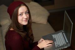Retrato de la muchacha del estudiante que trabaja en el ordenador portátil Fotografía de archivo libre de regalías