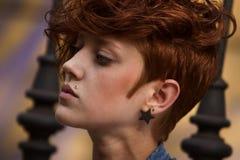 Retrato de la muchacha del inconformista con el anillo del labio Fotografía de archivo