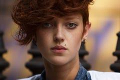 Retrato de la muchacha del inconformista con la perforación del labio Fotos de archivo