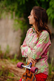 Retrato de la muchacha del inconformista con longboard Imagen de archivo libre de regalías