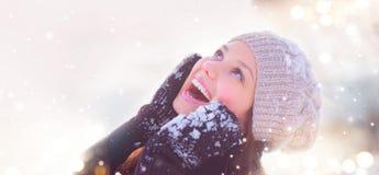 Retrato de la muchacha del invierno Adolescente alegre que se divierte en parque del invierno Foto de archivo libre de regalías
