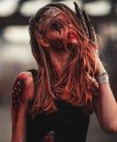 Retrato de la muchacha del mutante en heridas y úlceras con los clavos en su cabeza Fotografía de archivo