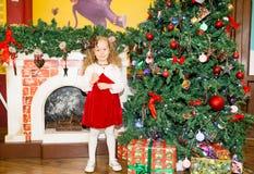 Retrato de la muchacha del niño alrededor de un árbol de navidad adornado Niño en Año Nuevo del día de fiesta Foto de archivo libre de regalías