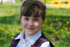 Retrato de la muchacha del niño en la naturaleza imagenes de archivo