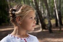 Retrato de la muchacha del niño en un bosque del abedul Foto de archivo libre de regalías