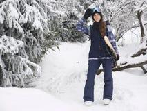 Retrato de la muchacha del snowboarder en el fondo de la alta montaña Imágenes de archivo libres de regalías