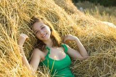 Retrato de la muchacha del veraneante en el heno Imagenes de archivo
