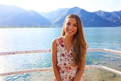 Retrato de la muchacha del verano Sonrisa de la mujer joven feliz en verano o día de primavera soleado afuera en el lago Mujer ba fotos de archivo