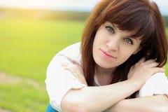 Retrato de la muchacha del verano Sonrisa rusa de la mujer feliz Foto de archivo libre de regalías
