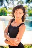 retrato de la muchacha delgada en ojos morados abajo contra piscina defocused Fotos de archivo
