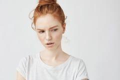 Retrato de la muchacha descontenta hermosa del pelirrojo con las pecas Imagen de archivo libre de regalías