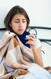 Retrato de la muchacha desgraciada con gripe en casa Fotografía de archivo
