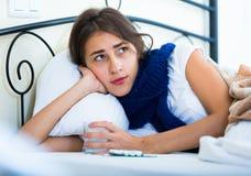 Retrato de la muchacha desgraciada con gripe en casa Imagen de archivo libre de regalías