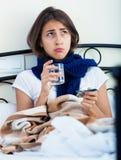 Retrato de la muchacha desgraciada con gripe en casa Fotos de archivo libres de regalías