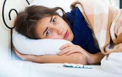 Retrato de la muchacha desgraciada con gripe en casa Foto de archivo libre de regalías