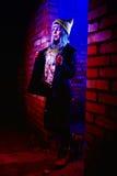 Retrato de la muchacha divertida del zombi en el tiempo de Halloween Imágenes de archivo libres de regalías