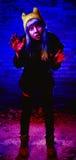 Retrato de la muchacha divertida del zombi en el tiempo de Halloween Imagen de archivo