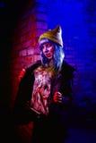 Retrato de la muchacha divertida del zombi en el tiempo de Halloween Imagen de archivo libre de regalías