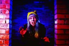 Retrato de la muchacha divertida del zombi en el tiempo de Halloween Fotografía de archivo